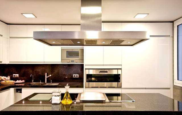Reformas integrales by casanova grup for Cocina integral con isla central